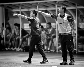 广州富力队主教练法利亚斯右在场边指挥