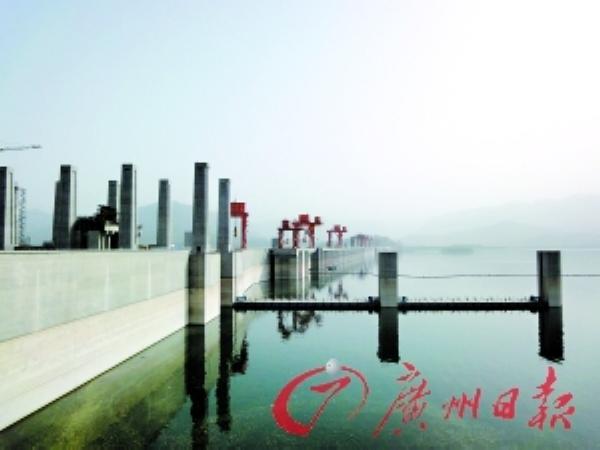 三峡大坝,给人以强烈的震撼