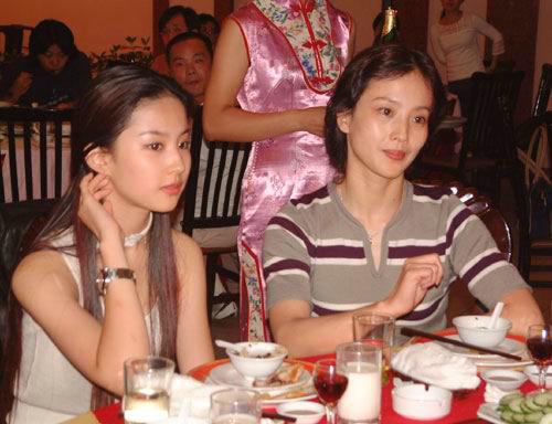 离婚后,爷爷奶奶非常希望由他们和儿子抚养刘亦菲,但刘晓莉坚决不放弃抚养权,为此双方闹得有点僵,这一定程度上也对刘亦菲造成了不小的影响。