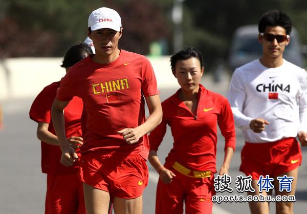 图文:中国竞走队公开训练 谁说女子不如男