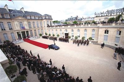 15日,法国总统权力交接仪式在爱丽舍宫举行.