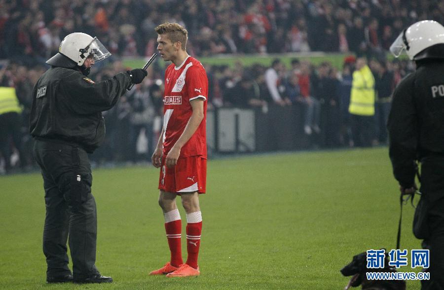 杜塞尔多夫时隔十五年重回德甲 球迷乐极险生乱