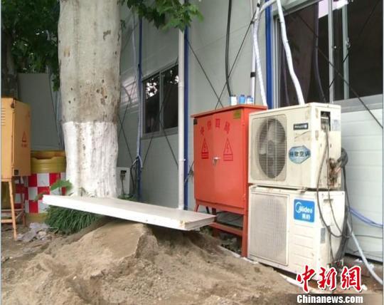 南京一施工单位为图方便,竟然在汉中门桥西侧的外秦淮河河岸上建起了多间板房,其中有两间固定板房将5颗梧桐树紧紧地围住,其中一间板房距离大树仅不到一米。柯高阳摄