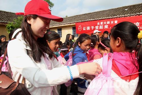 """5月13日,""""让孩子笑起来关爱大龄女童""""行动走进四川凉山彝族自治州布拖县"""