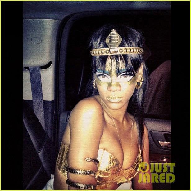 造型 哈娜/高清 蕾哈娜变埃及艳后前往演出地顶蛇冠造型羞于见人