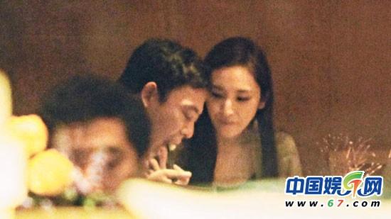 吴佩慈望着身旁的男友,一面甜蜜