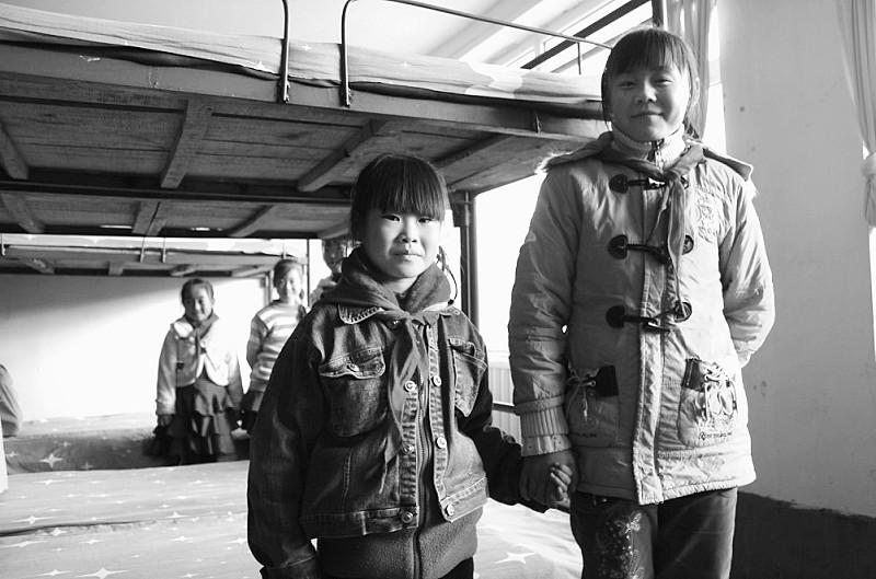 为了生活得更好,越来越多的农民选择背井离乡,外出打工经商,辛苦打拼让许多家庭在生活质量得到了明显改善;但与此同时,对于孩子关心和教育却无暇顾及,这就使得越来越多的孩子从小就极度缺乏亲情,成为了留守儿童。为了弥补因父母外出而留下的亲情缺失问题,在河北省丰宁县五道营小学,一个名为大手拉小手的尝试正在进行着,其他乡村小学也在进行类似尝试。   本报驻承德记者陈宝云 文/图   我恨自己的母亲   两年前,高美(化名)刚刚考入丰宁满族自治县黄旗中学。在同学的印象中,高美沉默寡言,总是低着头,从不愿与