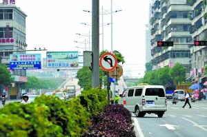 标志 左转/文华路和佛平路交叉路口已竖起禁止左转标志,但依然有车辆违规...