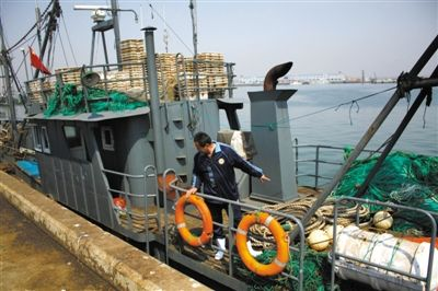 5月15日,辽丹渔23527号渔船回到大连渔港。和它一起在海上作业的辽丹渔23528号渔船在5月8日被带至朝鲜海域。23527号船在海上等待23528号船近一周后返回。