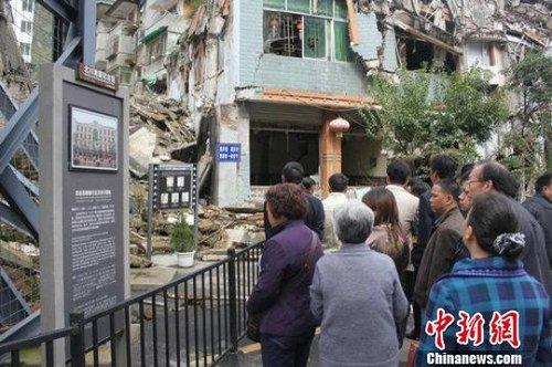 震后四年,北川重生,旅游成为当地发展振兴的重要产业。图为游人参观北川地震纪念馆老县城遗址。杨超摄