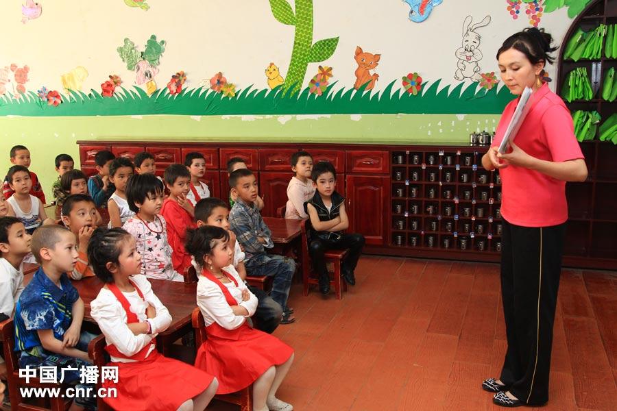 墨玉县北京双语幼儿园里,维吾尔族小朋友们正在认真听老师讲课。记者涂傲 摄