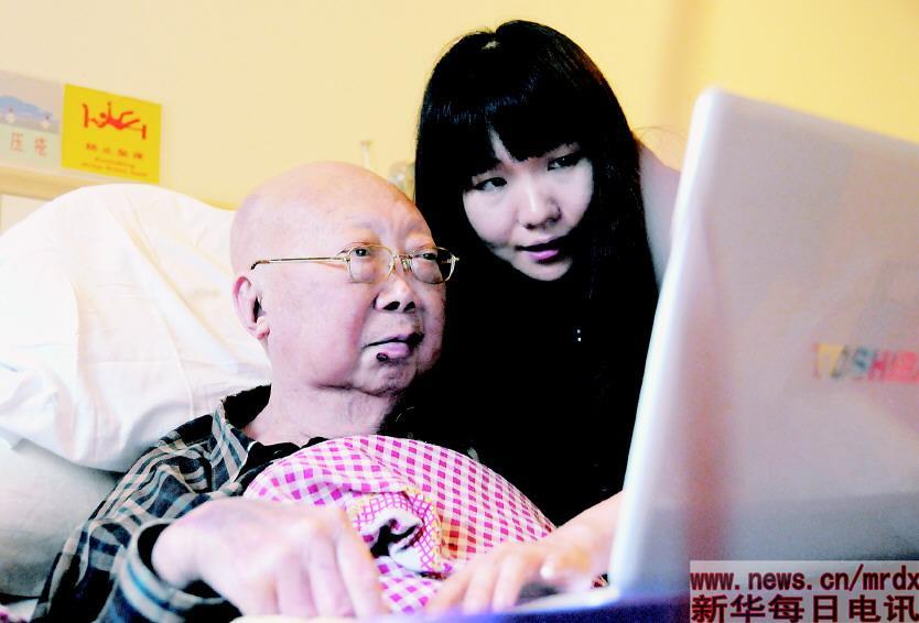 5月13日,凌一凡带着整理好的几百张世界各地网友发回的照片,赶到医院,展示给外公看。