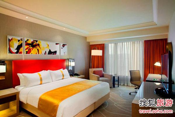澳門金沙城中心假日酒店的豪華客房。酒店是全球最大的假日酒店,設有1,244間客房及套房,于4月11日金沙城中心開幕當日正式開業,為到訪路氹金光大道的客人提供一貫的親切服務,實是一處讓客人可以表現真我的地方。