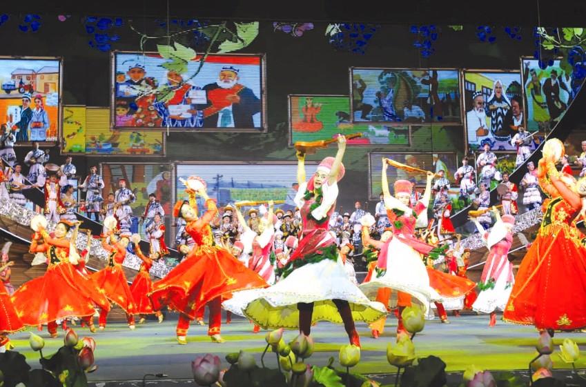 春天绽放—中央新疆工作座谈会两周年主题晚会侧记(图图片