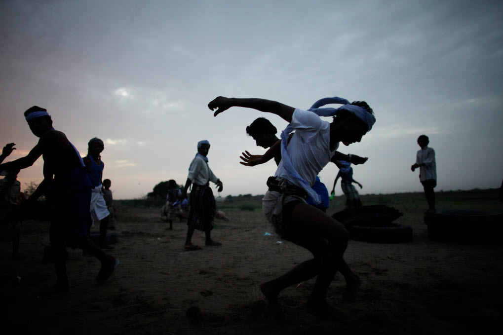 Bhaydar Muhammed Kubaisi 跳过三头骆驼。跳骆驼是特哈马地区独特的体育表演项目,可追溯到2000年以前。参加跳骆驼的村民常年接受训练。   跳骆驼流行于也门特哈马(Tehama)地区,这里是Zaranique部落聚集区。每到节日或是举行竞技比赛时,当地人不仅载歌载舞,还会以跳骆驼表示庆祝。   2009年,Ed Ou在也门学习阿拉伯语和摄影是第一次听说跳骆驼。他以为自己听错了,但在特哈马的Beital-Faqih村,他见到了这一有趣的庆祝方式。骆驼并排站立,参加