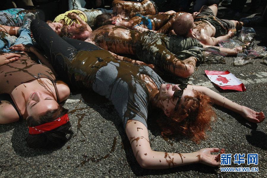 当地时间2012年5月17日,美国芝加哥,当地民众大喊反战口号参加抗议北约峰会的游行活动。本月20日至21日,世界各国领导人将齐聚芝加哥参加北约峰会。