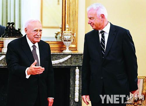 5月16日,希腊总统帕普利亚斯(左)与看守政府总理皮克拉梅诺斯(右)
