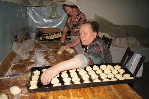 俄罗斯族妇女在制作特色面包