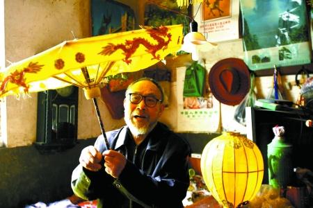 杏黄色伞盖是王福信刚做好的子母灯华盖,和古代十二凤宝珠华盖一样,他想让这种传统灯艺传承下去。