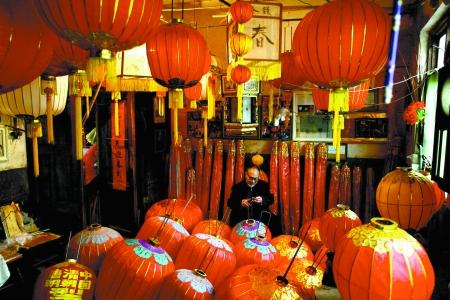 84岁的王福信在自己家中20多平方米的房间里,堆满了形式各样的灯笼。