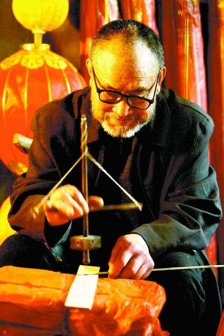 王福信用家传的百年木钻,在篾条上钻眼儿,随着钻头的起伏,向人们讲述一个古老的传奇故事。