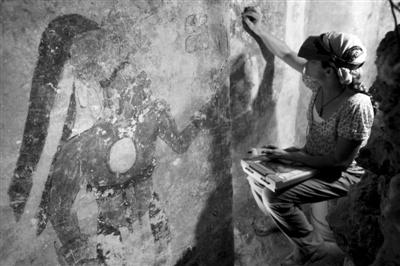 考古学家在危地马拉东北部的玛雅遗址处发现了一座小屋,屋内的壁画仍清晰可见。