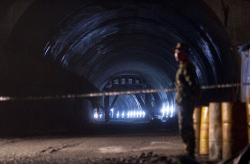5月20日凌晨,出事隧道口已拉上警戒线。5月19日上午,湖南省炎陵县境内在建炎汝高速一隧道发生炸药爆炸事故,造成20人死亡。新华社记者 李尕 摄