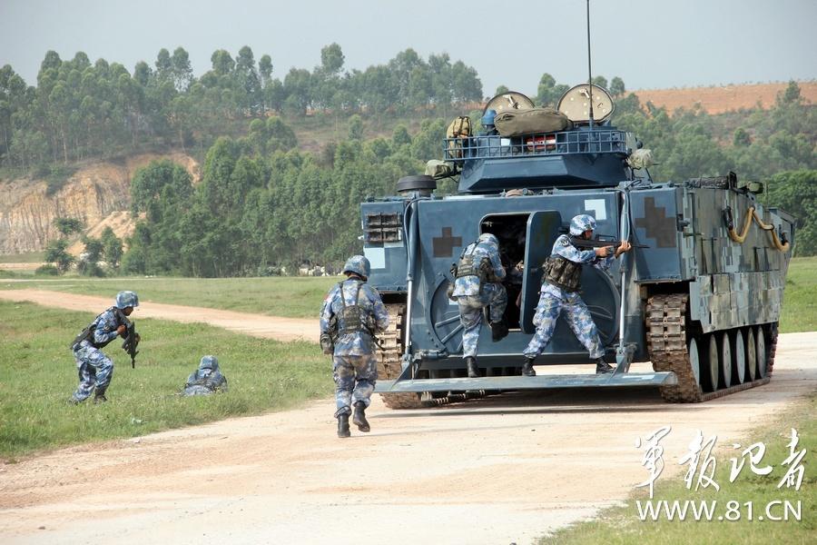 中国海军陆战队机械化步兵班为泰军演示战术[图]