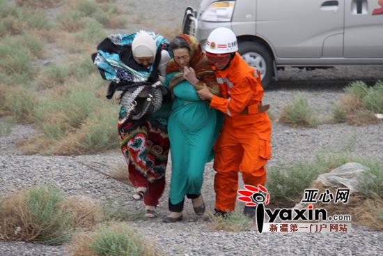 救援人员在县级公路艾丁湖段营救被困人员。