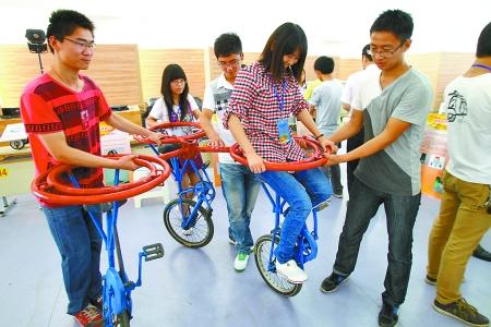 在昨日开幕的全国大学生机械创新设计大赛河南赛区大赛上,大学生们把图片