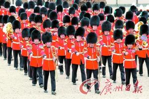六十年钻石庆典 女王阅三千精兵