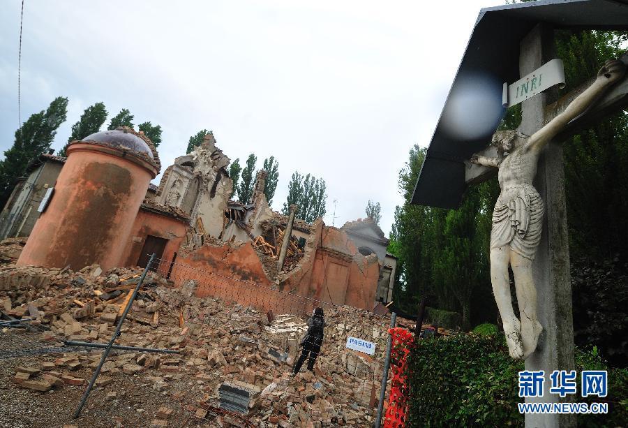 5月20日,在意大利地震灾区圣卡洛,一座小教堂在地震中倒塌图片来源:新华网