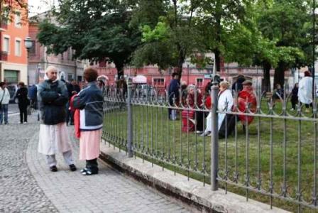震后当地居民躲在街区公园