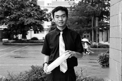 年仅16岁,便接到了来自于美国麻省理工学院的录取通知书。湖南师大附中海口中学(简称海口中学)2012届高三学生李松泰攀登上了无数学子心目中的高峰。