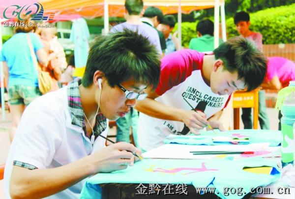 大学生义卖手绘t恤(图)