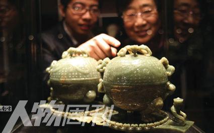 北京一玉器专场拍卖会预展上的汉代青玉螭纹盖盒,艺术品市场已经成为中国新贵阶层的热点关注
