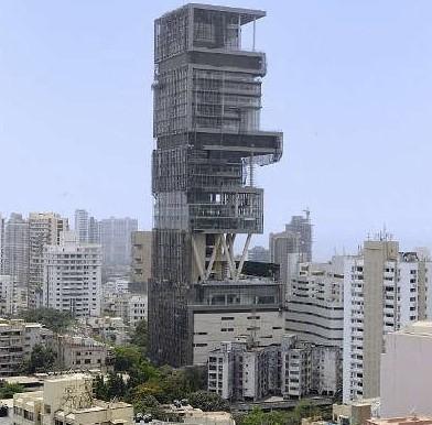 这栋建筑的外观酷似数十本堆叠起来不同厚度和宽度的书籍。