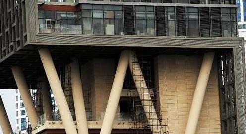 大楼内部拥有一个独立的直升机停机坪、数个露天花园、占地一层的家庭电影院、四周全为落地玻璃可俯瞰孟买全景的贵宾客房、两层健身俱乐部和一个6层的特大停车常