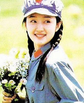 有媒体披露杨钰莹和家人目前已经定居深圳,一是因为杨母生活在深圳,二是因为广东是杨钰莹歌唱事业的起点,不过并未得到本人证实。来源国际在线)