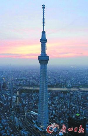 """日本游客用手机仰拍""""晴空塔""""。"""