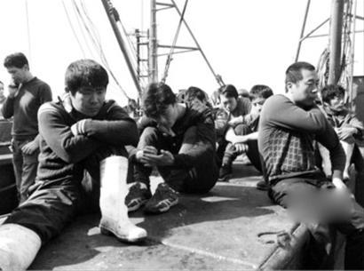 5月21日,被朝鲜扣留13天的船员回国时面容憔悴坐在船甲板上等待边防