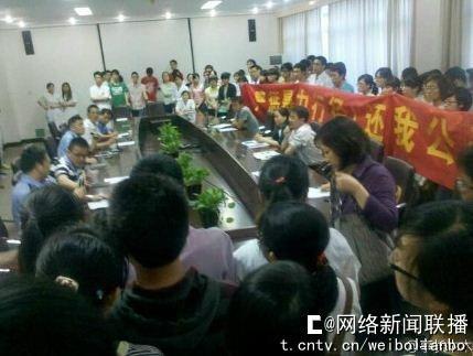 网帖曝温州医学院学生被警察殴打,学生派出所拉横幅讨说法。图片来源:腾讯微博