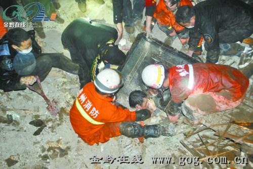 贵州一居民楼垮塌3人遇难 消防官兵手刨救出11人