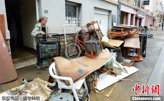 当地时间5月22日,法国东部南锡遭受暴雨袭击,致路面积水,一辆消防车涉水行驶。