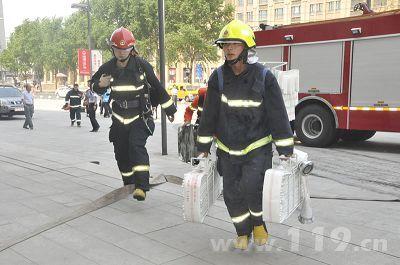 消防官兵铺设水枪阵地