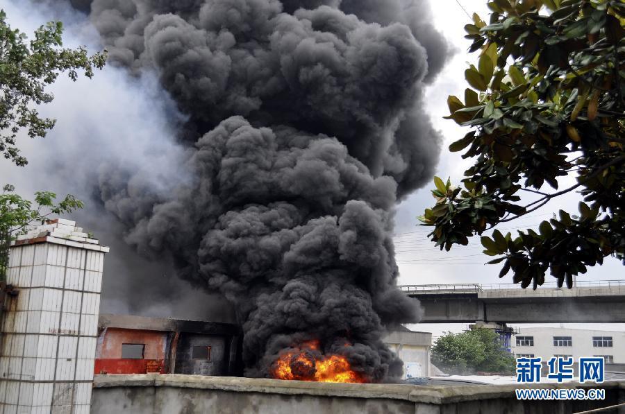 湖北枝江一塑料厂发生爆炸8人受伤(组图)