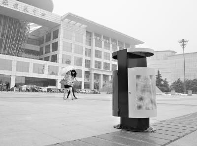 本报讯(记者李锐 通讯员刘文林)昨日,我市启动武广武展商圈环境综合整治。江汉区政府负责人现场办公,城管部门共拆除违规广告、招牌100余块,增设新式果皮箱20个。