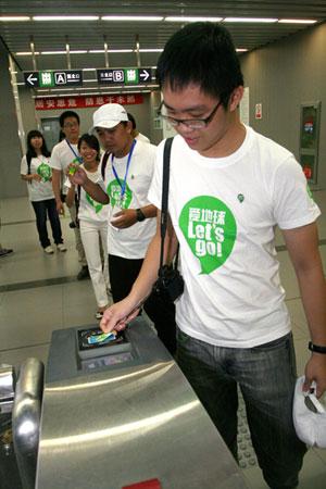东盟青年绿色使者使用绿色出行低碳交通卡乘坐地铁游北京