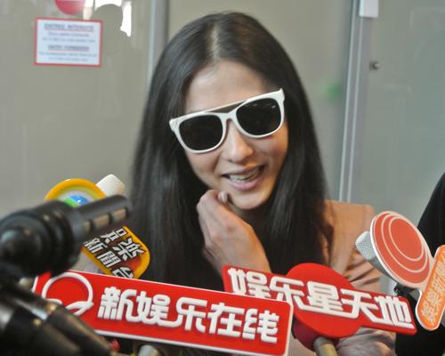 张柏芝携《危险关系》抵达戛纳 引媒体围堵