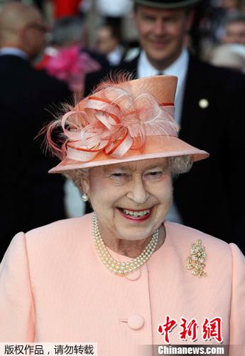...白金汉宫首次夏季游园会上迎接宾客到来 大约有8000人盛装出...